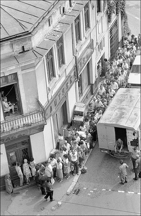 Queueing for food in Bucharest, July 1982